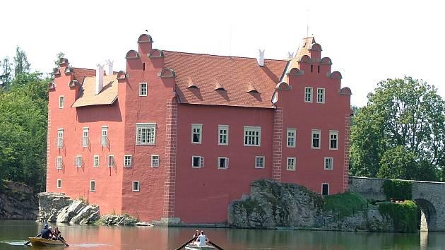 Letos se návštěvníci Červené Lhoty na lodičce po zámeckém rybníku neprojedou.