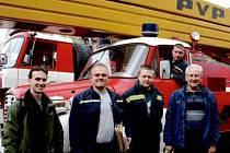 PŘEDÁNÍ V PÍSKU. Radost z plošiny mají hasiči i představitelé obce. Na snímku je tajemník obce David Fogl, dále Martin Čech, Jan Němec, místostarosta Jindřich Kejval a Miloš Herman.