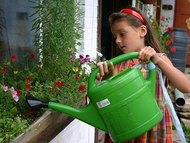 I tato malá zahradnice ví, že bez každodenního zalévání by její květinová zahrádka uschla.