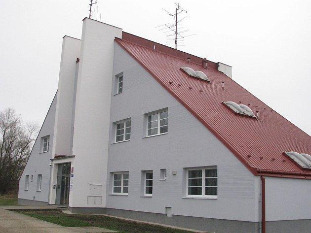 V některých místech Jindřichohradecka policie sídlí ve vlastních objektech. Těch se jednání o snížení nájmu pochopitelně netýká. Jedním z nich je moderní budova obvodní oddělení v Suchdole nad Lužnicí.