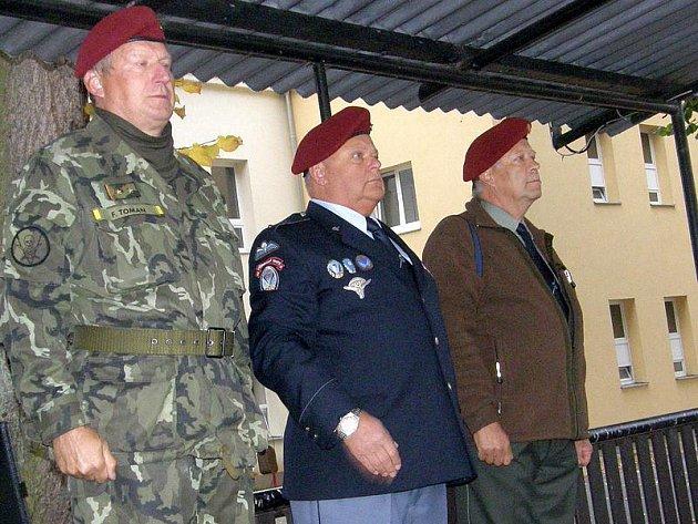 Včerejšího slavnostního nástupu v jindřichohradeckých kasárnách se zúčastnil také zástupce Obce legionářské František Toman (vlevo) a zástupci Klubu výsadkových legionářů Ladislav Koliáš a Václav Slabý.