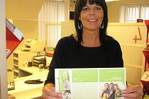 Na snímku pracovnice jindřichohradecké pobočky Vladimíra Heřmánková ukazuje poukaz na třetí dávku vakcíny proti rakovině děložního čípku, který si je možné u přepážky vyzvednout.