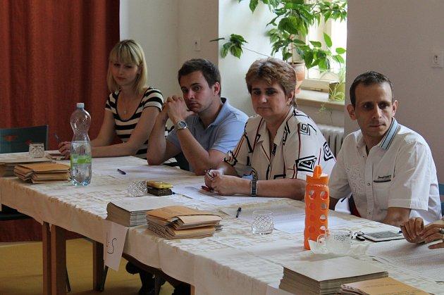 Volební komise v 1. základní škole v Jindřichově Hradci čeká na první voliče.
