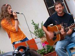 Zpívající studentku Terezu Chovítovou doprovází na snímku hrou na kytaru učitel gymnázia Petr Pokovba.