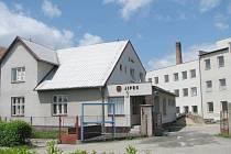 Pohled na areál dnes již bývalého světoznámého košíkářského družstva Jipro Lomnice nad Lužnicí, kde se začnou vyrábět pelety ze sena a slámy.