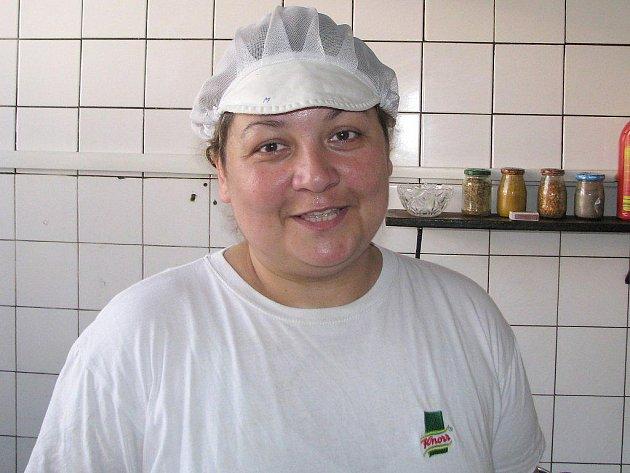 Oproti jiným obdobím se chutě návštěvníků restaurací nijak zvlášť nemění. Zatímco si lidé pochutnávají na dobrém jídle, kuchaři u plotny zažívají nesnesitelné peklo. Na snímku je kuchařka Martina Baťhová.