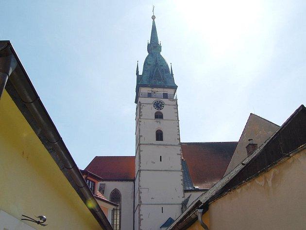 Pohled na jindřichohradeckou městskou věž.