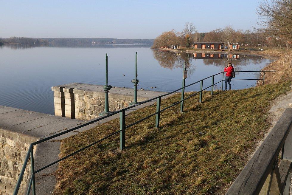 Třeboňský rybník Svět se po zimním spánku začíná probouzet. Jaro se blíží.