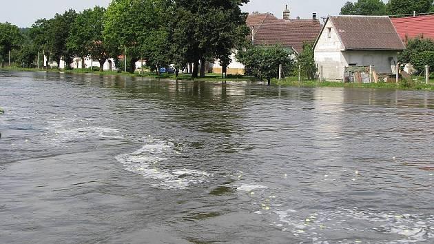 Vytrvalé deště o víkendu potrápily lidi žijící okolo řek. Situace v Lásenici.