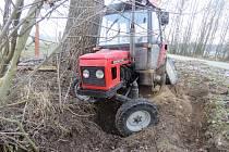 Traktor, který si opilec na cestu vypůjčil, zůstal nabouraný u silnice.