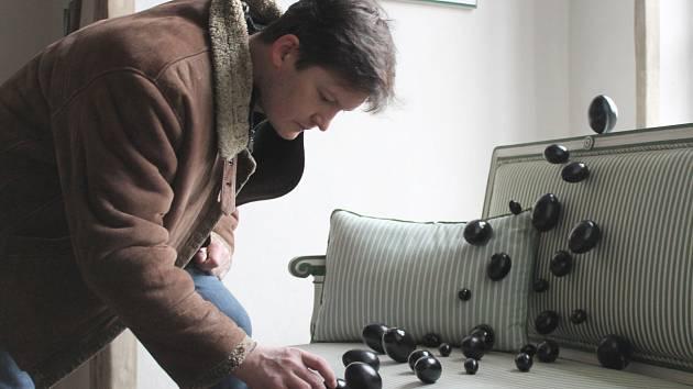 Část z necelé tisícovky vajíček, která se na prohlídkové trase objeví, na snímku instaluje Tomáš Krajník.