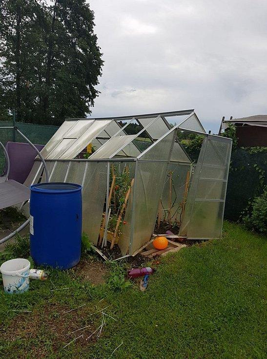 Poničený skleník ve Studnicích.