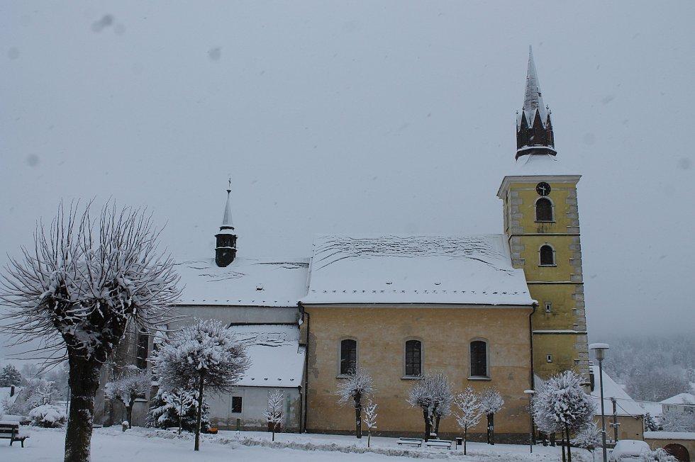 Deštná na Jindřichohradecku má i v lednu své kouzlo. V sezóně sem přijíždí návštěvníci do muzeí nebo se tu lidé zastavují, když míří na zámek Červená Lhota.