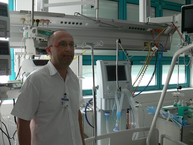Primář ARO Vít Lorenc představuje nový box pro pacienty v akutním ohrožení života, kteří jsou nakaženi nebezpečnou infekční chorobou.
