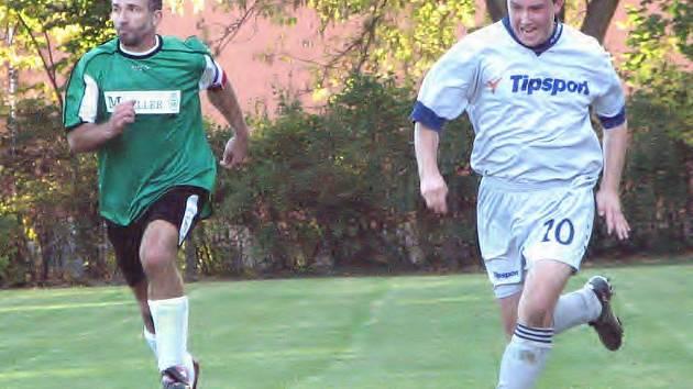 Béčko Suchdola doma v OP nečekaně podlehlo nováčkovi ze Studené 1:3. Na snímku hostující Vladimír Šimánek (vpravo) uniká suchdolskému Janu Ďoubalovi.