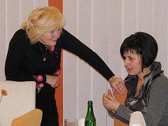 Na snímku předsedkyně Třeboňského dámského klubu Herma Procházková (vlevo) hovoří  o plánech do budoucna se zástupkyní Třeboňské rozvojové společnosti Veronikou Tlačilovou.