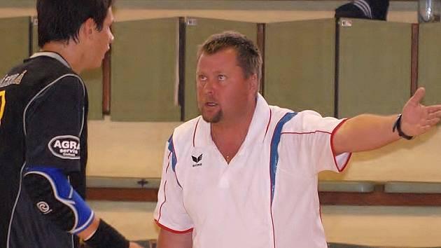 DVĚ VÝHRY. Třeboňský mládežnický trenér Václav Marek může být se vstupem do sezony obou dorosteneckých celků Jiskry spokojený. Na snímku udílí pokyny Vojtěchu Štěchovi.
