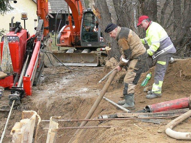 Budování kanalizace v Radouňce.