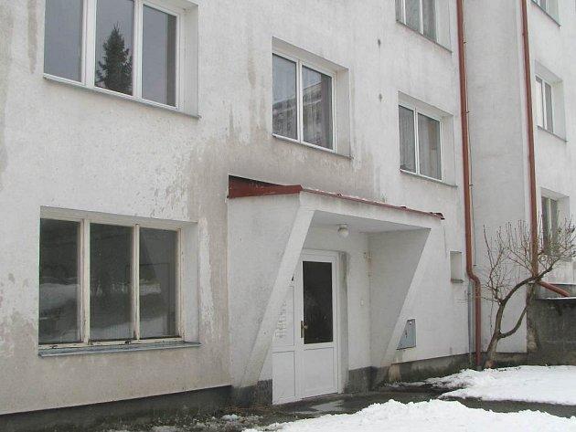 OKNO ZÁCHRANY. Pohled na vchod a nad ním okno domu v Hradci, odkud utekla žena před druhem.