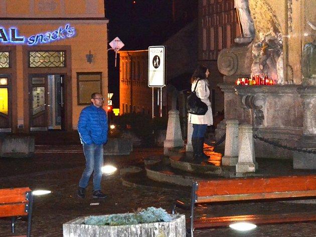 Lidé zapalují svíčky za oběti teroristického útoku v Paříži také na jindřichohradeckém náměstí Míru.
