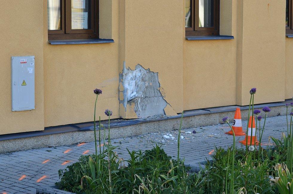Tragický střet auta s chodcem v Kardašově Řečici na přechodu u školy. Na snímku je vidět, jak auto po střetu narazilo do zdi budovy školy.