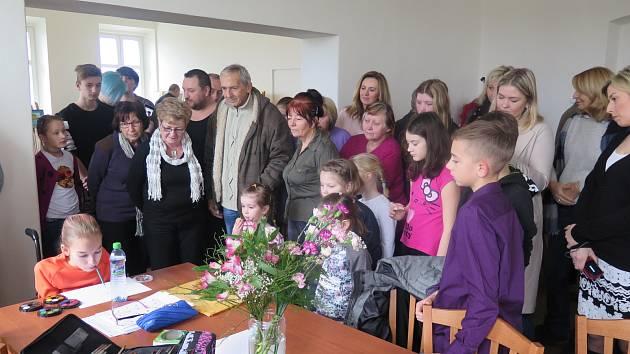 V Doňově předali výtěžek Tříkrálové sbírky Barušce Sedláčkové z Českých Budějovic.