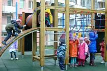 PRVNÍMI, kdo nové herní prvky na dětském hřišti otestoval v praxi, byly děti z červené třídy z 5. mateřské školy na sídlišti Hvězdárna. Přestože počasí příliš nepřálo, povrch hřiště byl bezpečný a voda se na něm nedržela.