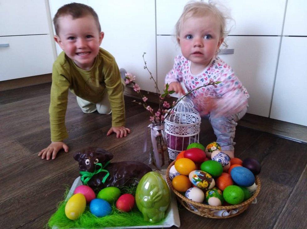 Honzík a Anetka mají radost z nabarvených vajíček. Letos trávili Velikonoce doma v obci Klec na Jindřichohradecku.
