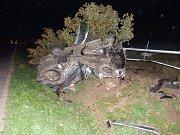 Noční nehoda za J. Hradcem ve směru na Políkno. Zraněného řidiče museli vyprostit hasiči.