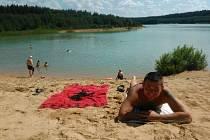 """JAKO U MOŘE. Cepské pískovny pravidelně navštěvují i manželé Zdeňka a Pavel Jirouškovi. """"Jezdíme do Cepu na dovolenou a pískovny jsou na koupání parádní. Je to takové Chorvatsko v jižních Čechách,"""" pochvalují si."""