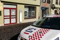 Ve středu odpoledne lupič s pistolí přepadl Komerční banku v Třeboni. Policisté ho již dopadli.