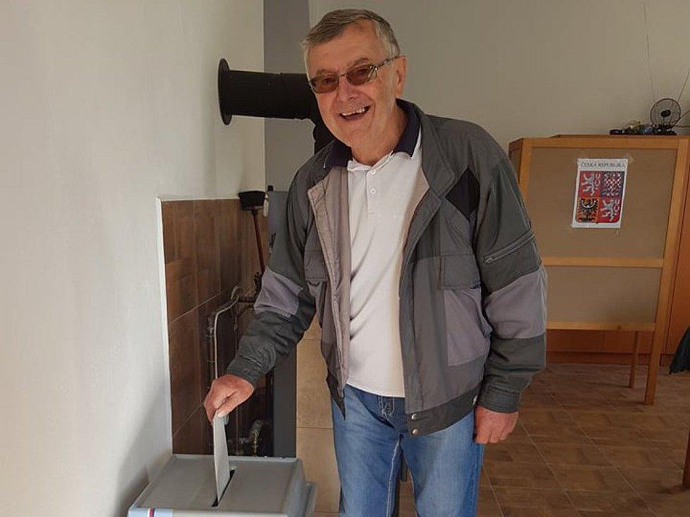 Jindřichův Hradec: V místní části Radouňka dorazilo zhruba po zahájení voleb odvolit už padesát voličů. Mezi nimi byl i Jiří Novotný.