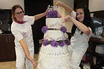 Rekordně velký svatební dort vážil víc než sto kilo.