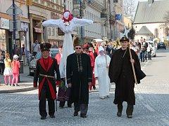Vítání jara v podobě vynášení smrtky se uskutečnilo v neděli v Jindřichově Hradci. Této tradice se zhostila obec baráčníků Kunifer.