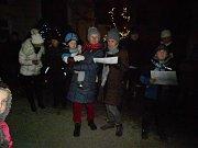 V Horní Pěně si koledy zazpívali u kostela.