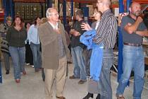 Novou skladovou halu firmy Kores ve Strmilově si při slavnostním otevření prohlédli i zaměstnanci. Pro všechny pracovníky majitelé firmy připravili občerstvení a slíbili, že hospodářskou krizi společně překonají.
