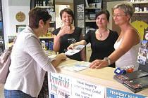 Návštěvníkům na jejich dotazy odpovídají (zleva) Marcela Vojtíšková, Zuzana Bedrnová a Jana Popelková.