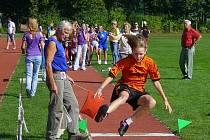 Na školním stadionu v Nové Včelnici soutěžilo v atletice více než dvě stě dětí z celého jihočeského kraje. Závod ve skoku do dálky byl určen pro žáky pátých tříd.