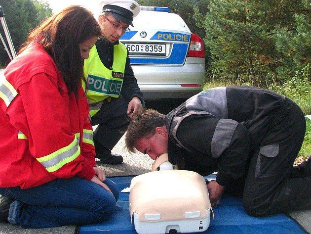 Při včerejší silniční kontrole na výpadovce z Jindřichova Hradce na Třeboň si řidiči mohli vyzkoušet i resuscitaci. Na snímku je vlevo zdravotnice Českého červeného kříže Aneta Přílepková. Umělé dýchání si na snímku zkouší řidič Martin Malinovský.