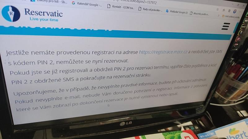 V pátek v 8. hodin se mohli senioři začít registrovat na očkování proto koronaviru.
