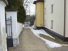 Řádění vandala na starém hřbitově v Dačicích a v jeho okolí.
