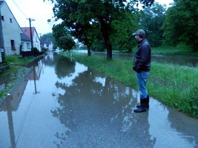 V neděli kolem 21. hodiny již byla v Lásenici zaplavena část silnice na Vydří.