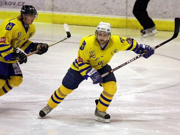 V elitní formaci jindřichohradeckých hokejistů nastoupil ve středu proti Litoměřicím Michal Milotinský (vlevo), který se má od lídra týmu Aleše Skokana jistě co přiučit.  Vajgar doma vyhrál 3:1 a v tabulce druhé ligy se vrátil na druhé místo.