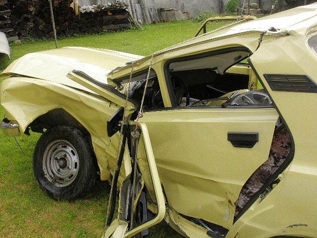 Pohled na zcela zdemolované auto, ve kterém u Dačic v pátek odpoledne zahynuli dva starší manželé.