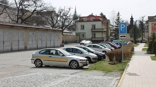 Parkoviště u Švecových kolejí v Jindřichově Hradci.