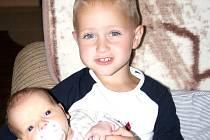 Miminkem měsíce července je Tobias Beníček. Na snímku s bráchou Alexem.