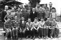 Snímek ze základní škole v Deštné připomíná dětské žáky s ročníkem narození 1948.