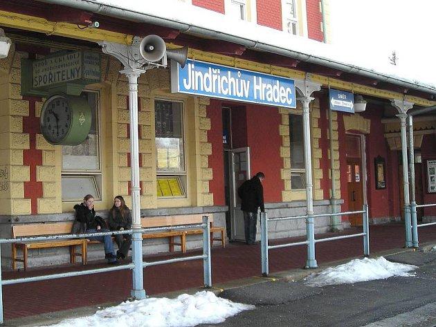 Hodina na jindřichohradeckém nádraží.
