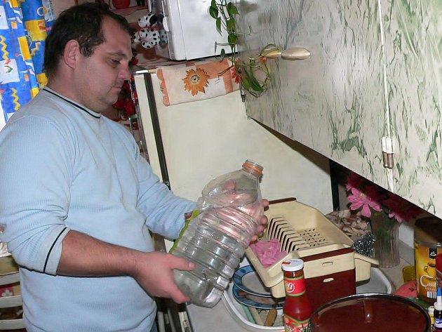 Domácnost Milana a Malvíny Sivákových v Šindelně se  neliší od jiných. Až na maličkost, žijí v holobytě a vodu mají na chodbě.