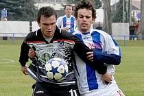 Třeboň ve fotbalové divizi podlehla na půdě Strakonic 1:2. Na snímku bojuje třeboňský Zdeněk Malý (vlevo) s domácím Jakubem Říským.